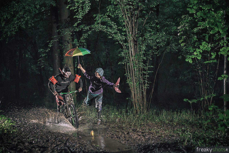 Mountainbiken im Regen mit Schirm