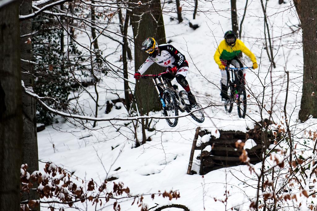 Mountainbike Drop im Schnee
