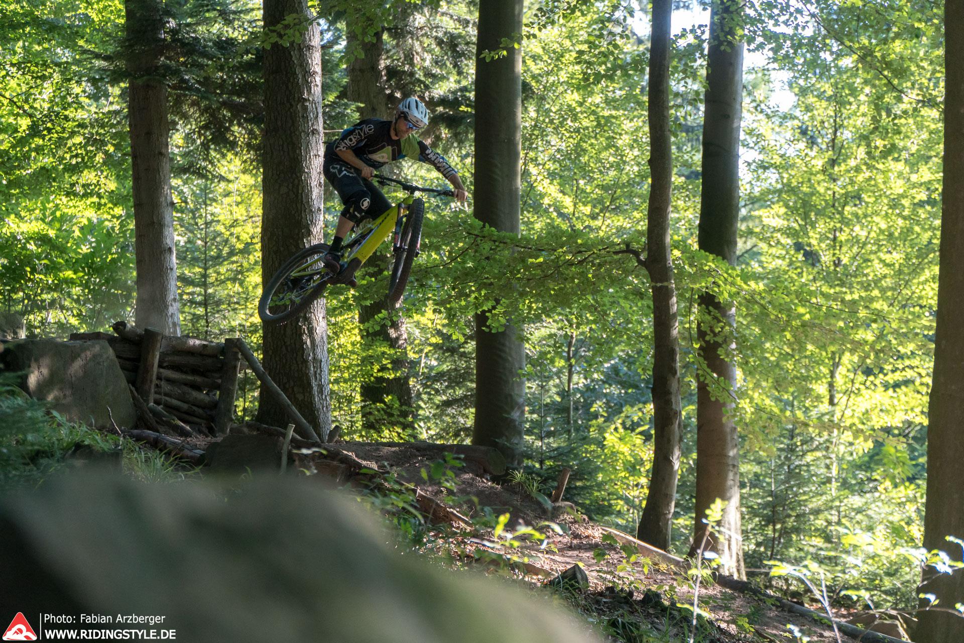 springen mit dem E-Mountainbike E-MTB